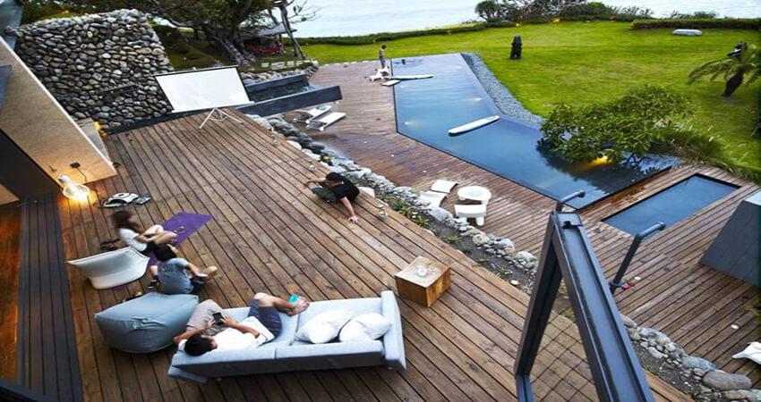 terrasse en bois composite avec pierre de parement naturelle